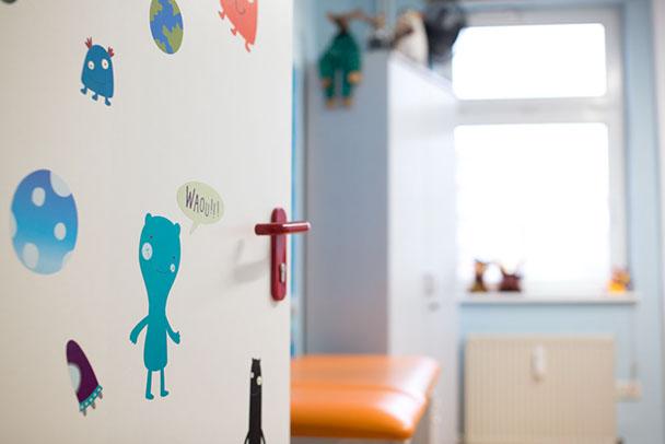 Kindgerechte und freundliche Behandlungszimmer